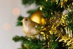 Arbre de Noël décoré, merle de scintillement d'or Photographie stock libre de droits