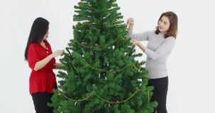 Arbre de Noël décoré par soeurs asiatiques clips vidéos