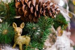 Arbre de Noël décoré, pin, nouvelle année, plan rapproché de lumières de Noël photographie stock