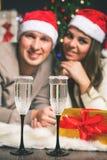 Arbre de Noël décoré proche de couples de Cristmas jeune célébrant la nouvelle année Images stock