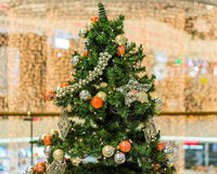Arbre de Noël décoré sur le fond brouillé, miroitant et féerique Image stock