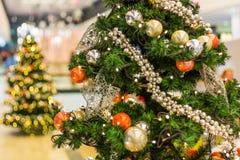Arbre de Noël décoré sur le fond brouillé, miroitant et féerique Photo libre de droits