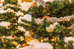 Arbre de Noël décoré sur le fond brouillé, miroitant et féerique Photos stock