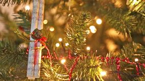 Arbre de Noël décoratif avec des ornements et des lumières de clignotement banque de vidéos