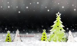 Arbre de Noël décoratif dans la neige sur un fond foncé Images libres de droits