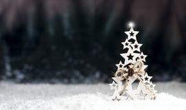 Arbre de Noël décoratif sur un fond foncé Photos stock