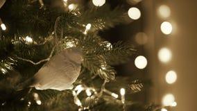 Arbre de Noël de décoration femelle avec le jouet d'oiseau clips vidéos