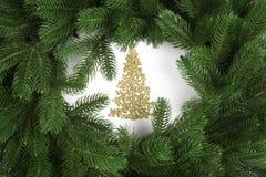 Arbre de Noël d'or avec des branches de sapin Vue supérieure images libres de droits
