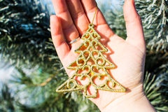 Arbre de Noël d'or de décorations de Noël tenant extérieur disponible Photographie stock libre de droits