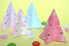 Arbre de Noël d'origami, pliage de papier photographie stock libre de droits