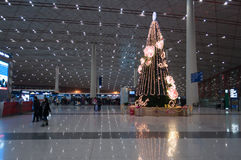 Arbre de Noël dans l'aéroport international capital de Pékin Photos libres de droits