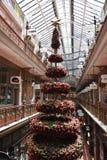 Arbre de Noël dans l'arcade d'achats de brin Photos libres de droits