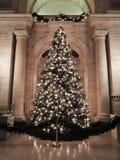 Arbre de Noël dans la bibliothèque publique Aston Hall de New York photos libres de droits