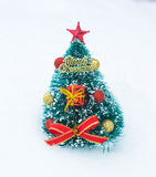 Arbre de Noël dans la neige Décoration de Noël Photo libre de droits