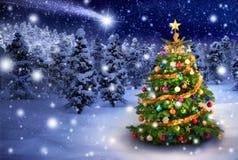 Arbre de Noël dans la nuit neigeuse Photographie stock libre de droits