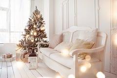 Arbre de Noël dans la salle de séjour Photographie stock libre de droits