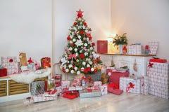 Arbre de Noël dans la salle de séjour photographie stock