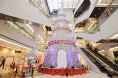 Arbre de Noël dans le centre commercial Image stock