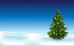 Arbre de Noël dans le domaine neigeux Photos stock