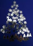 Arbre de Noël dans une imagination des sapins, du ciel d'étoiles et de la neige Photographie stock