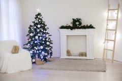 Arbre de Noël dans une salle blanche avec le décor de Noël de cadeaux Photographie stock libre de droits