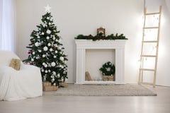 Arbre de Noël dans une salle blanche avec le décor de Noël de cadeaux Images libres de droits