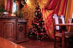 Arbre de Noël dans une salle décorée de fête Image libre de droits