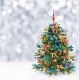 Arbre de Noël de fête dans la neige d'hiver Image libre de droits