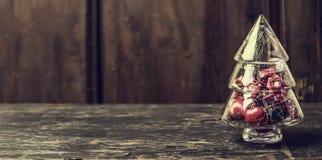 Arbre de Noël de verre avec des décorations sur le fond en bois rustique Photo stock