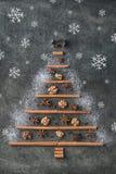 Arbre de Noël des épices de Noël de traditonal et des flocons de neige, fond de Noël Image libre de droits