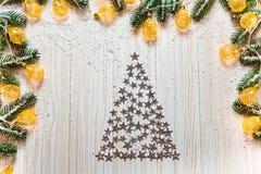 Arbre de Noël des étoiles argentées sur un fond en bois blanc Image libre de droits