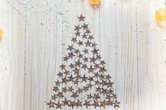Arbre de Noël des étoiles argentées sur un fond en bois blanc Photo stock