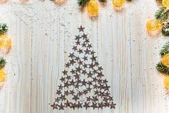 Arbre de Noël des étoiles argentées sur un fond en bois blanc Image stock