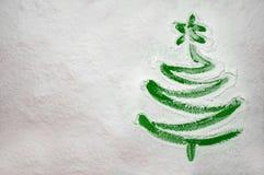 Arbre de Noël dessiné sur la farine dispersée sur le fond vert Concept minimal de vacances images libres de droits