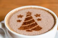 arbre de Noël, dessinant sur la tasse de café d'art de latte photo stock