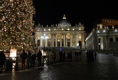 Arbre de Noël devant la cathédrale du ` s de St Peter à Vatican Images stock