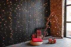 Arbre de Noël en bois alternatif Un arbre fait main de nouvelle année avec l'ampoule sur le fond de noir de bokeh de guirlande tr photographie stock