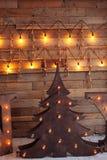 Arbre de Noël en bois alternatif Un arbre fait main de nouvelle année avec l'ampoule sur le plancher sur le fond en bois traçage photographie stock