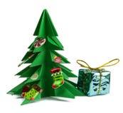 Arbre de Noël et cadeaux de Noël et jouets d'isolement sur le fond blanc Photo libre de droits