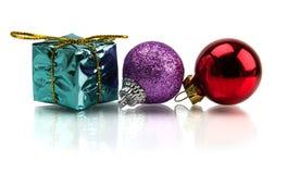 Arbre de Noël et cadeaux de Noël et jouets d'isolement sur le fond blanc Photographie stock libre de droits
