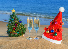 Arbre de Noël et chapeau de Santa sur le beac Image stock