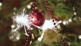 Arbre de Noël et cierge magique brûlant clips vidéos