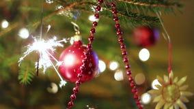Arbre de Noël et cierge magique brûlant banque de vidéos