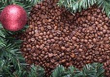 Arbre de Noël et fond de café Photographie stock