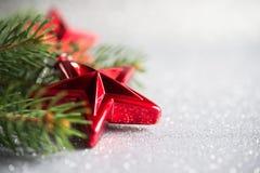 Arbre de Noël et ornements rouges sur le fond de vacances de scintillement Photo stock