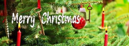 Arbre de Noël et vieux Rusty Key avec le Joyeux Noël photos stock