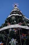 Arbre de Noël extérieur grand avec la décoration Photos libres de droits
