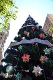 Arbre de Noël extérieur grand avec la décoration Photographie stock libre de droits