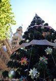 Arbre de Noël extérieur grand avec la décoration Photo stock