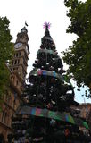 Arbre de Noël extérieur grand avec la décoration Image stock